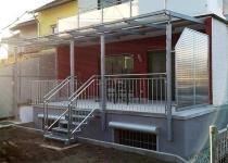 Veranda mit Geländer und Aufgang in Stahl feuerverzinkt mit Handlauf aus Edelstahl