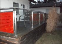 Balkon aus Glas mit rotem Edelstahllochblech