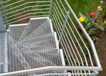 Außentreppe mit Edelstahlhandlauf