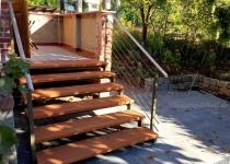 Holztreppe mit Konstruktion aud Stahl und Edelstahl