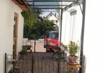 Terrassenüberdachung aus Glas und Messing