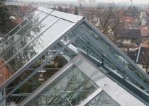 Überdachung aus Glas dachförmig