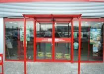Überdachung des Ladeneingangs von Fressnapf