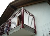 Balkon mit Edelstahlhandlauf und rotem Geländer