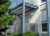 Balkon aus Edelstahl mit Lochblechelementen