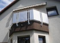 Eckiger Balkon mit Lochblechen