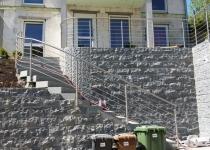 Treppen- und Absturzgeländer aus Edelstahl. Handlauf vor Ort angepasst.