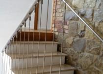 Edelstahl Seilabhängungen im Treppenhaus, als Absturzsicherung.