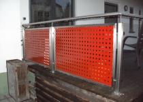 Geländer aus Edelstahl, Füllungen mittels pulverbeschichtetem Lochblechen (rot)