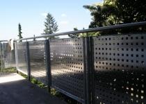 Geländer mit Lochblechen und Edelstahlhandlauf