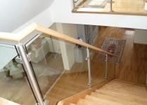 Innentreppengeländer mit Holzhandlauf, Füllung aus Sicherheitsglas - glasklar
