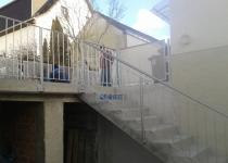 Feuerverzinktes Geländer für Außentreppe mit anschließendem Balkongeländer