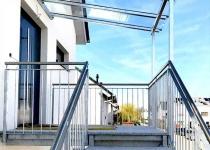 Treppenaufgang mit Glas-Vordach