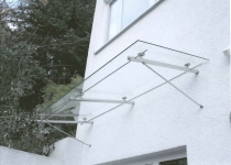 Haustürüberdachung aus Glas und Edelstahl