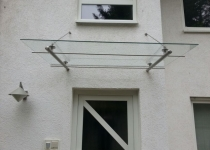 schlichte Haustürüberdachung aus Glas