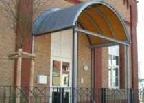 Bogenförmige Haustürüberdachung aus Edelstahl