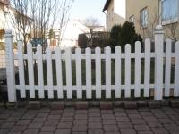 Gartenzaun aus weißen Holzlatten